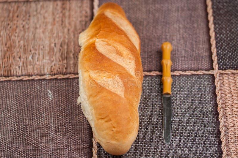 Домодельный хлеб и нож на кухонном столе Вкусная еда стоковое изображение rf