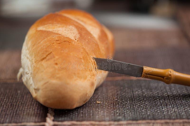 Домодельный хлеб и нож на кухонном столе Вкусная еда стоковое фото