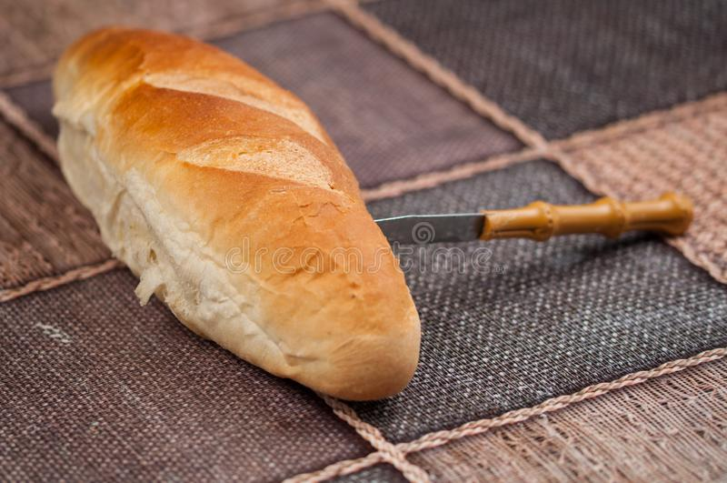 Домодельный хлеб и нож на кухонном столе Вкусная еда стоковые фото