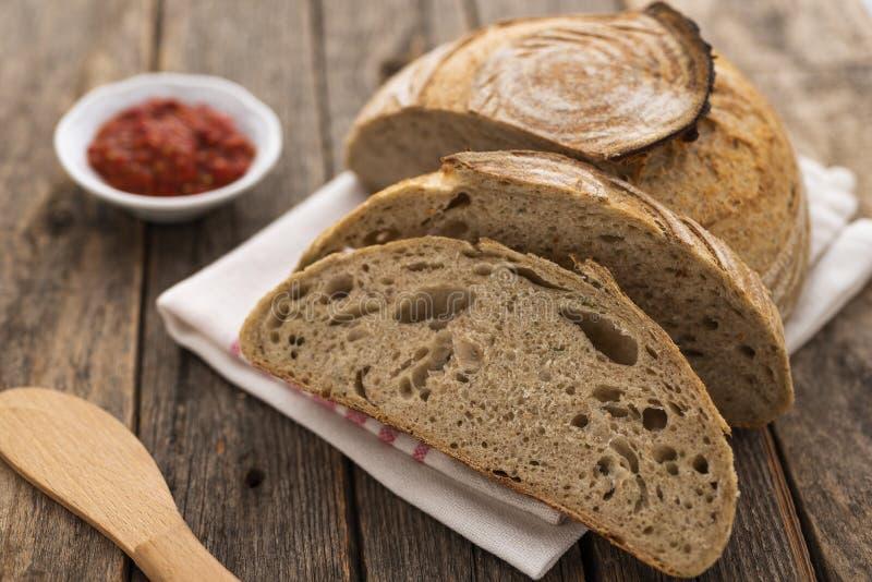 Домодельный хлеб Sourdough на деревянной таблице стоковое фото rf