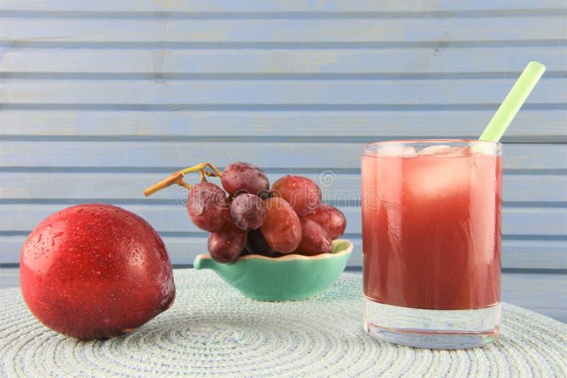 Домодельный холодный напиток smoothie лета сделанный с красными плодоовощами стоковые изображения