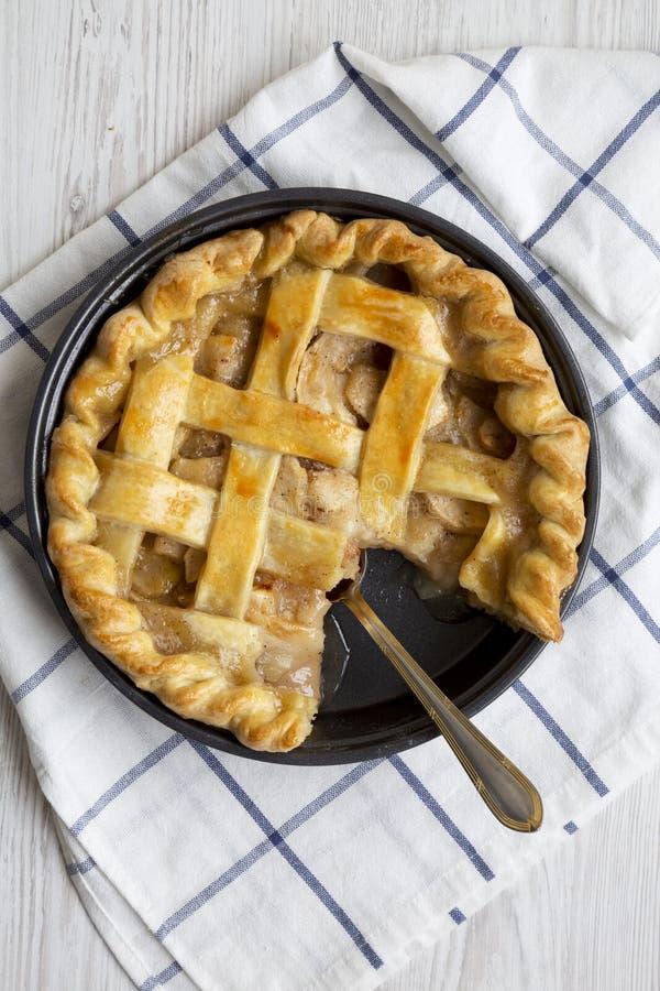 Домодельный яблочный пирог готовый для еды, взгляд сверху Плоское положение, наверху, сверху : стоковое фото rf