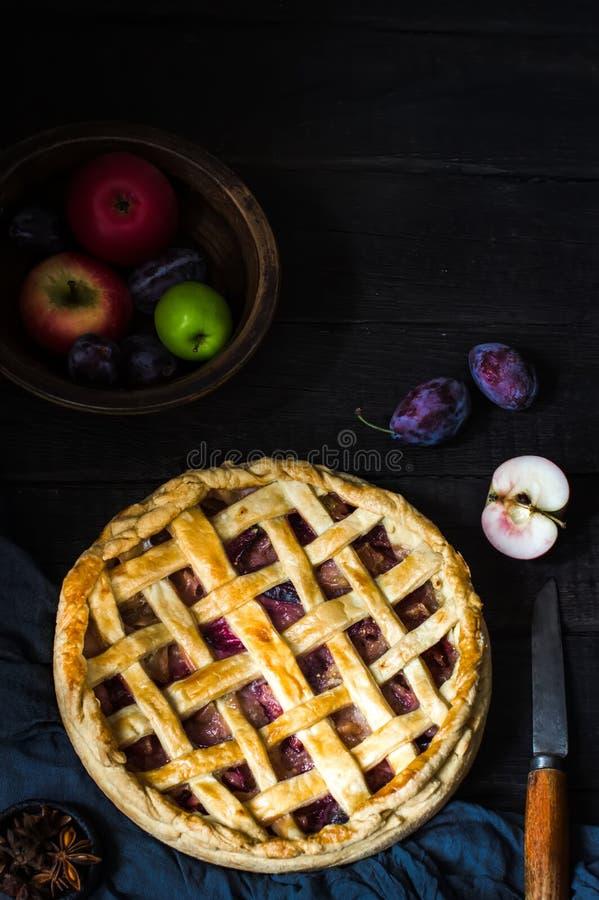 Домодельный яблочный пирог на коричневом деревянном столе стоковые фото