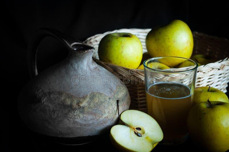 Домодельный яблочный сок с ингредиентами и деревенским кувшином стоковая фотография rf