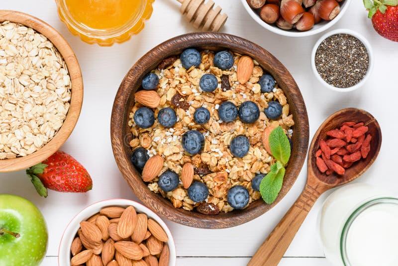 Домодельный granola с гайками, изюминками и superfoods на белизне стоковые фотографии rf