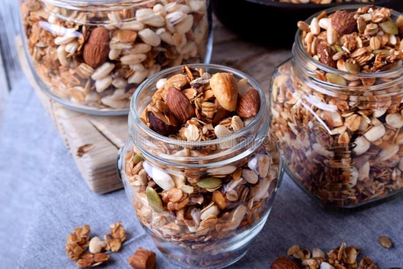 Домодельный granola с различными гайками и семенами стоковое изображение rf