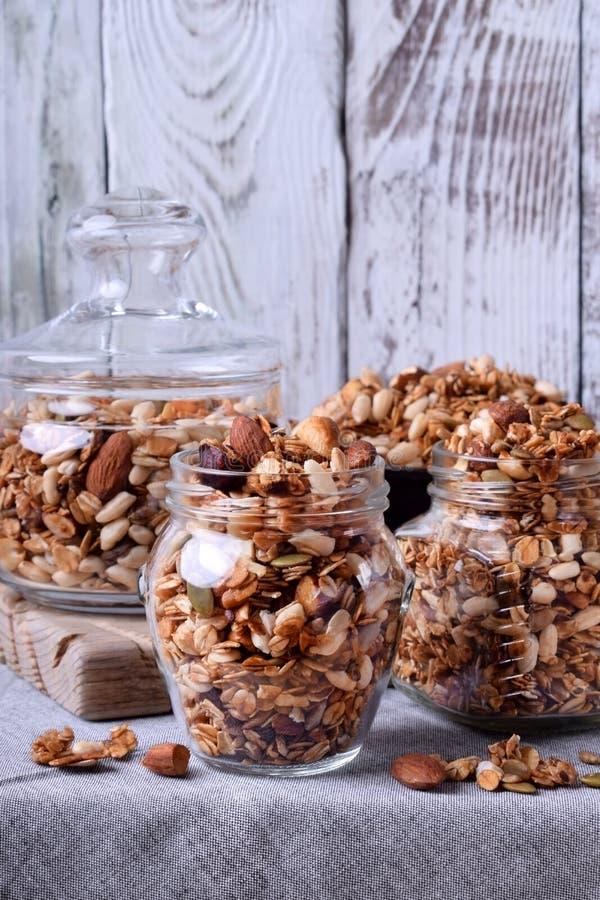 Домодельный granola с различными гайками и семенами стоковые изображения rf