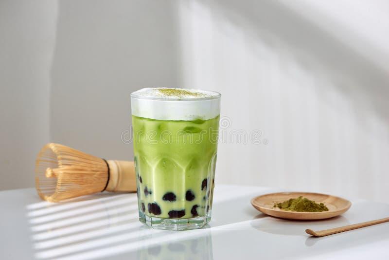 Домодельный latte matcha зеленого чая boboa жемчуга тапиоки японский - сметанообразный и yummy с милым взглядом стоковая фотография