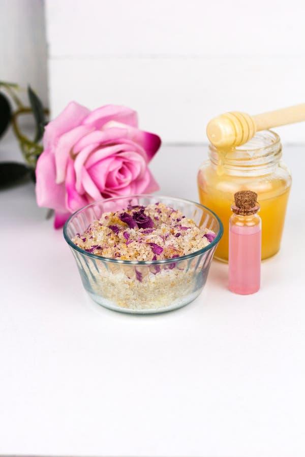 домодельный scrub с солью моря, маслами ароматности и лепестками розы и опарником меда стоковая фотография rf