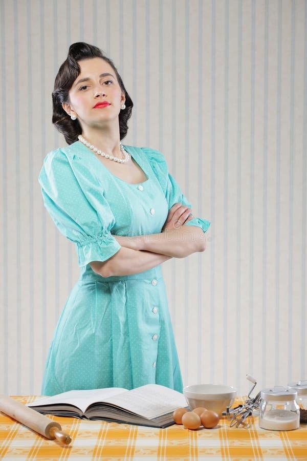 Домохозяйка в кухне стоковое изображение