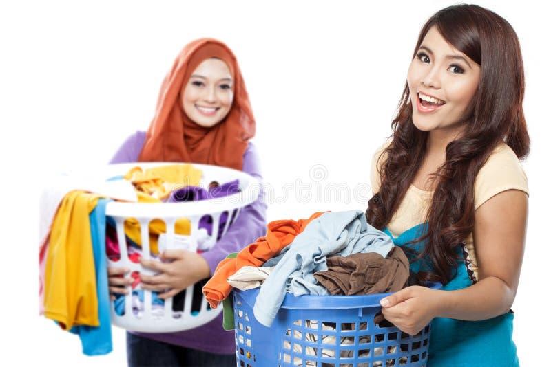 Домохозяйка делая некоторую прачечную стоковое фото