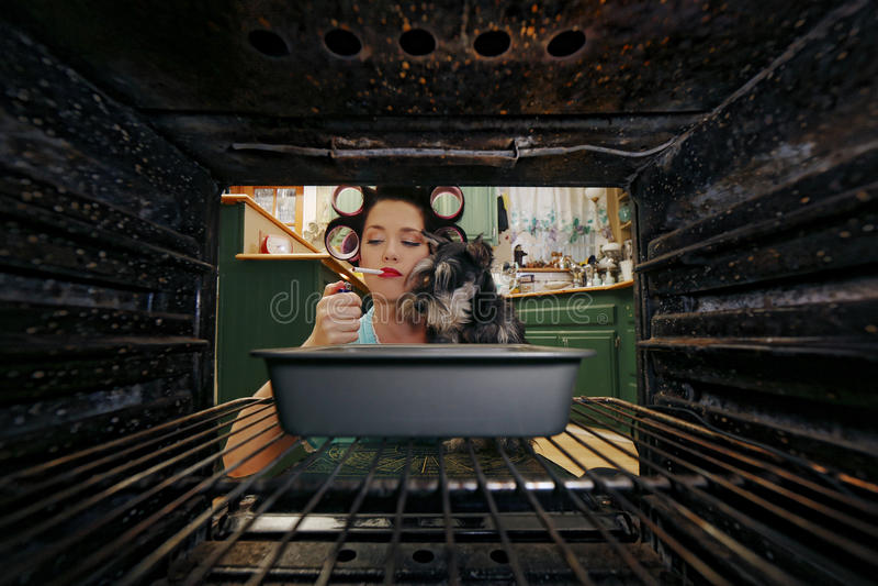 Домохозяйка делая ее ежедневные работы по дому стоковые фото