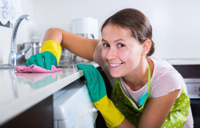 Домохозяйка извлекая пятна и полировать стоковая фотография rf