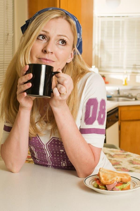 домохозяйка кофе пролома стоковое изображение
