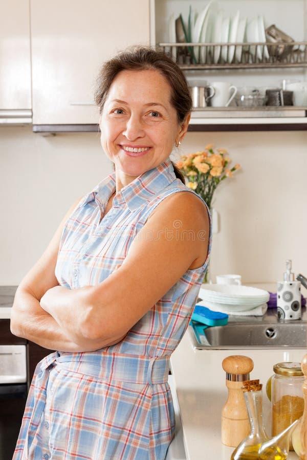 Download Домохозяйка на отечественной кухне Стоковое Изображение - изображение насчитывающей людск, только: 37925803