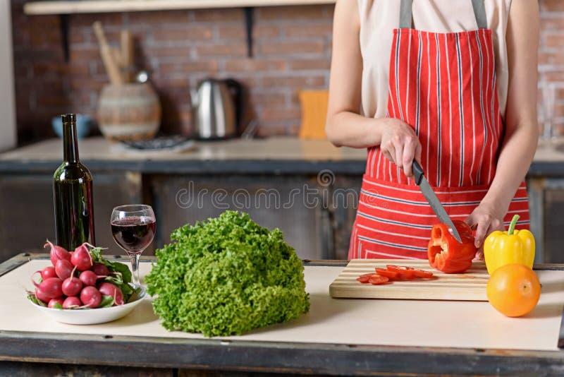 Домохозяйка подготавливая блюдо в кухне стоковые изображения rf