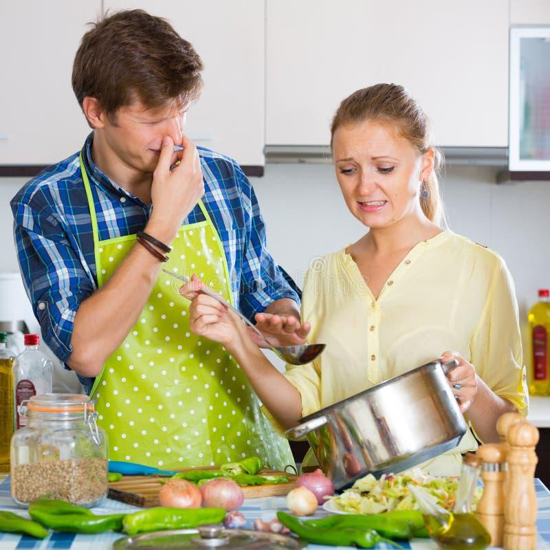 Домохозяйка положила слишком много специи в еду стоковое изображение