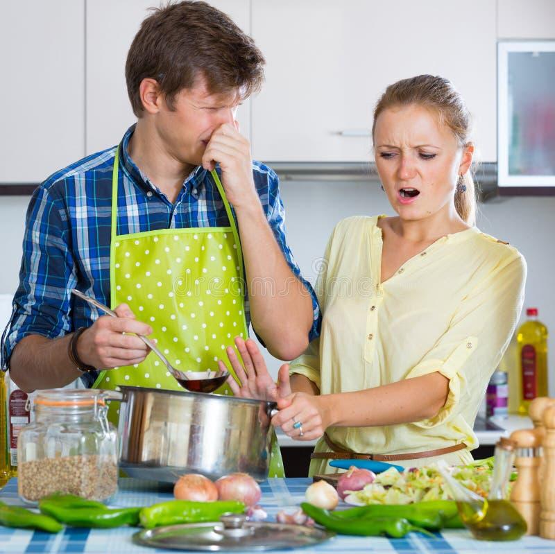 Домохозяйка положила слишком много специи в еду стоковое изображение rf