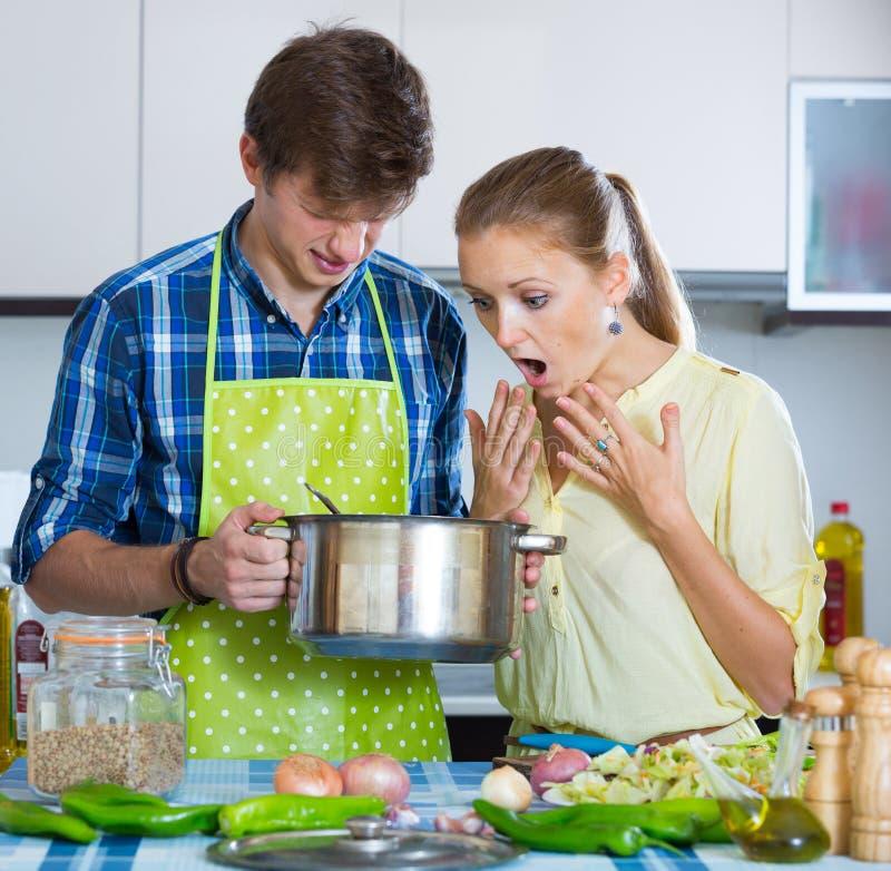 Домохозяйка положила слишком много специи в еду стоковые фотографии rf