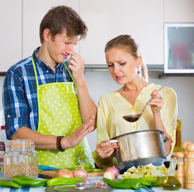 Домохозяйка положила слишком много специи в еду стоковое фото