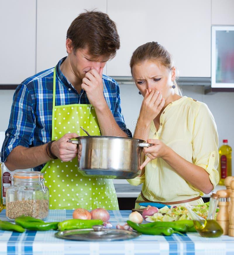 Домохозяйка положила слишком много специи в еду стоковая фотография