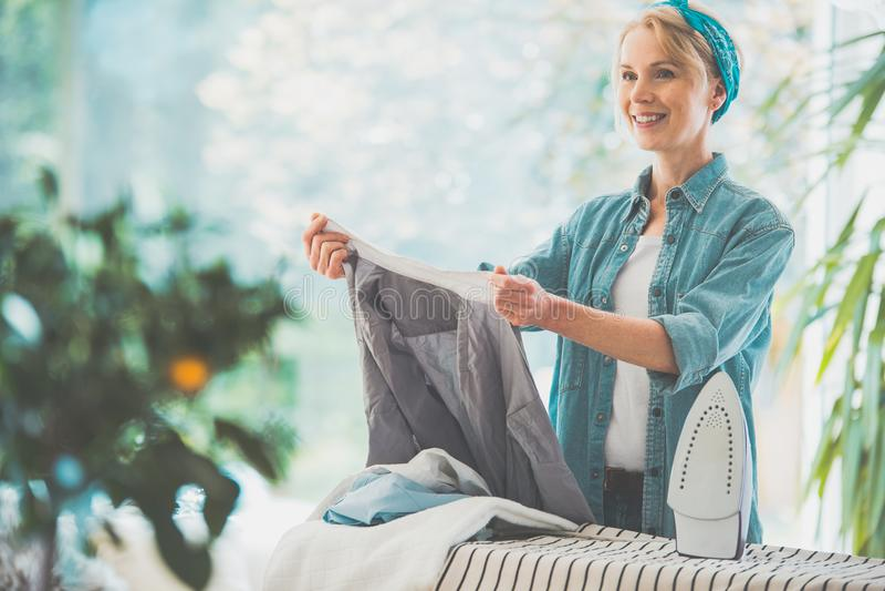 Домохозяйка сортируя чистую прачечную стоковые изображения rf