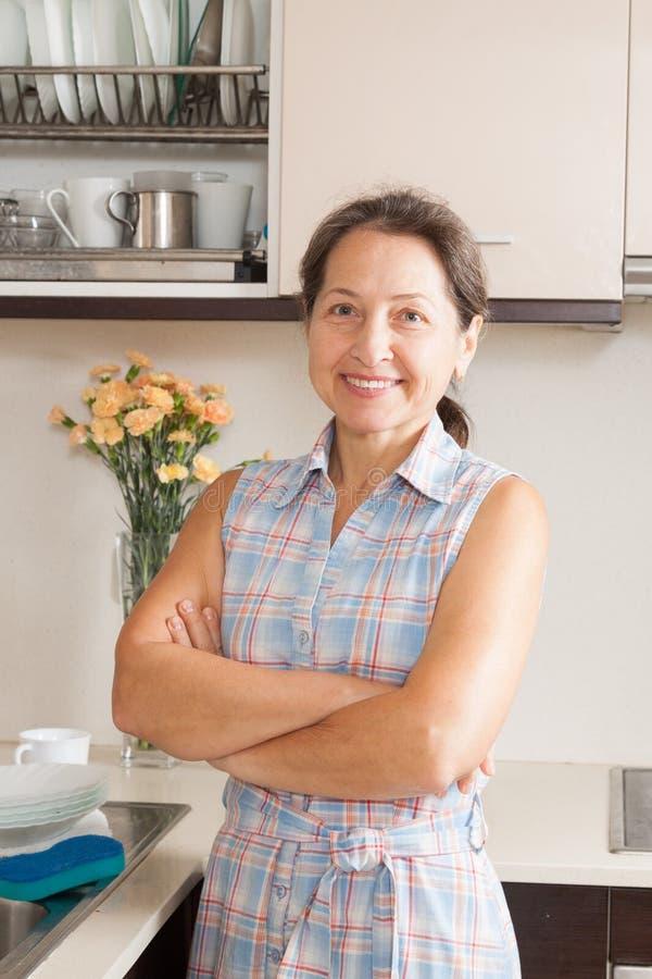 Download Домохозяйка стоя на кухне стоковое изображение. изображение насчитывающей изображение - 37926025
