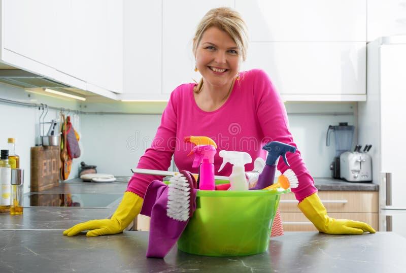 Домохозяйка с поставками чистки стоковое фото rf