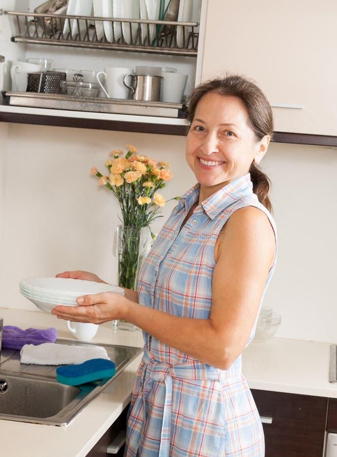 Download Домохозяйка с плитами стоковое изображение. изображение насчитывающей плита - 37926021