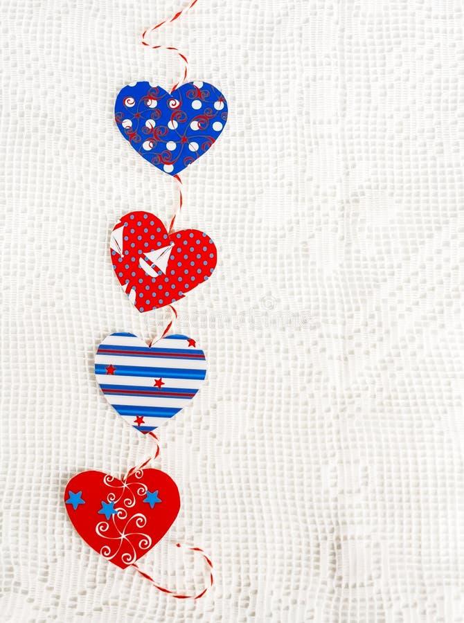 Домодельная бумажная гирлянда сердец Текстура дня валентинки, предпосылка стоковые фото