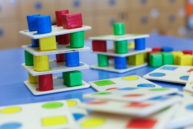 Домодельная воспитательная деревянная красочная игра стоковая фотография