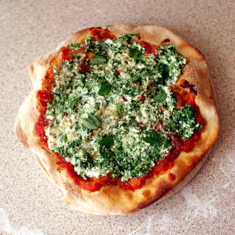 Домодельная пицца с рикоттой и шпинатом стоковые изображения rf