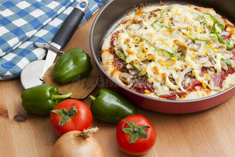 Домодельная пицца стоковые изображения
