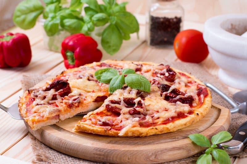 Домодельная пицца Flatbread Маргариты с томатом и базиликом стоковая фотография