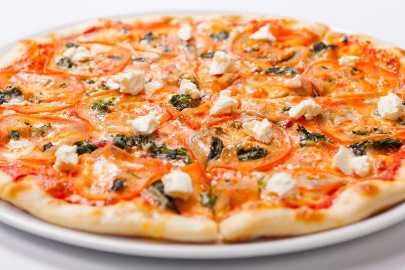 Домодельная пицца Flatbread Маргариты с томатом и базиликом стоковые изображения rf