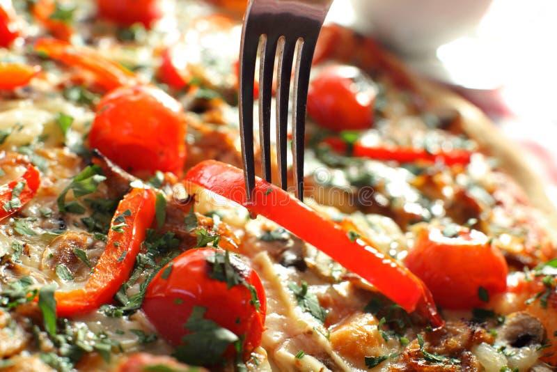Домодельная пицца Flatbread Маргариты с томатом и базиликом стоковое изображение
