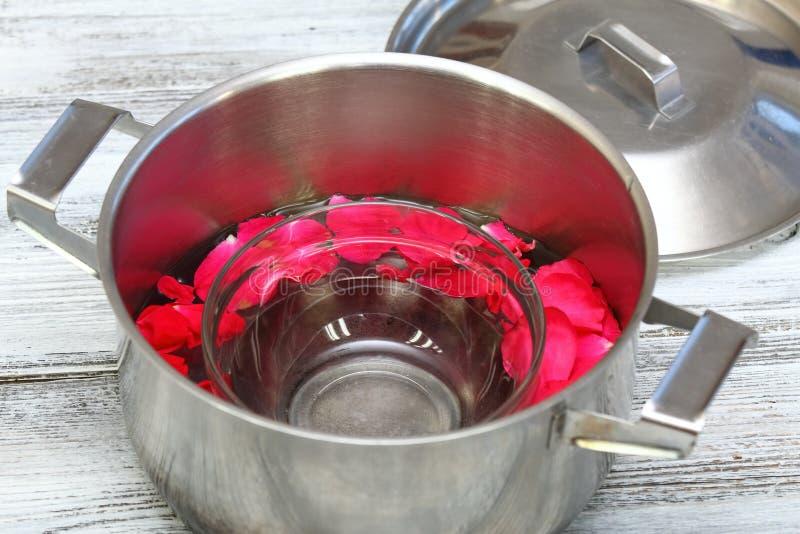 Домодельная продукция розовой воды стоковое изображение rf