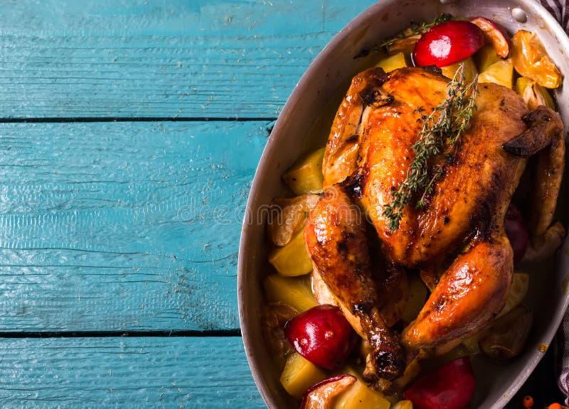 Домодельное зажаренное в духовке официальный праздник в США в память первых колонистов Массачусетса Турция на яркой голубой дерев стоковое изображение rf