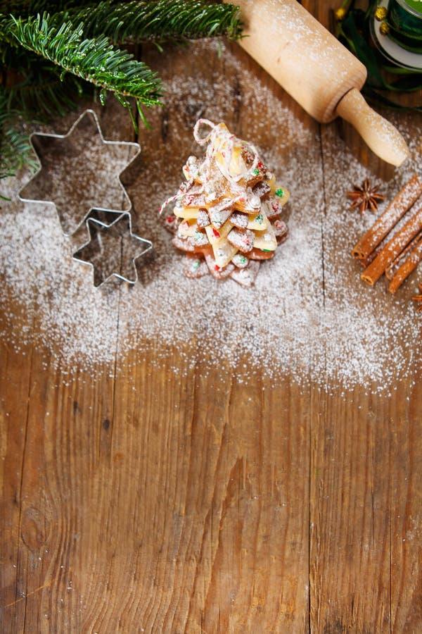 Домодельное испеченное дерево пряника рождества на винтажной деревянной задней части стоковое фото
