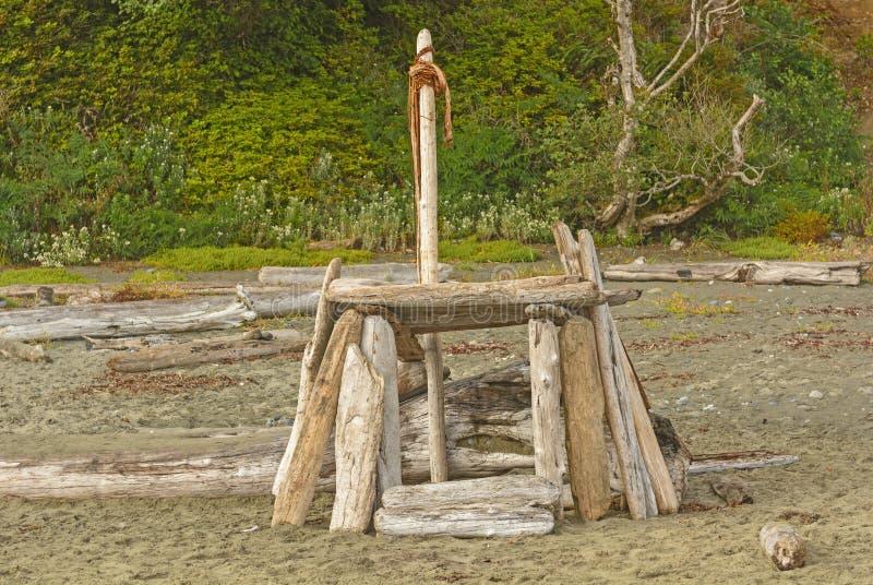 Домодельное укрытие пляжа на побережье стоковое изображение rf