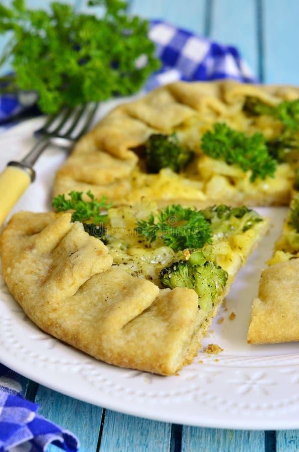 Домодельное galette с брокколи, цветной капустой и сыром стоковое изображение