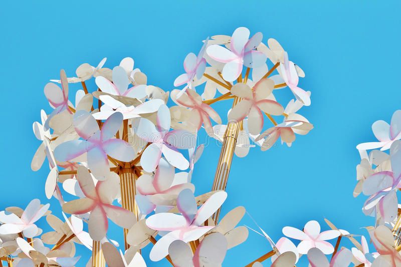 Домодельные бумажные цветки на предпосылке яркого голубого неба стоковое фото rf