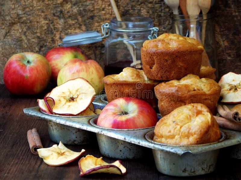 Домодельные булочки с яблоками и циннамоном Фото деревенское стоковые фотографии rf