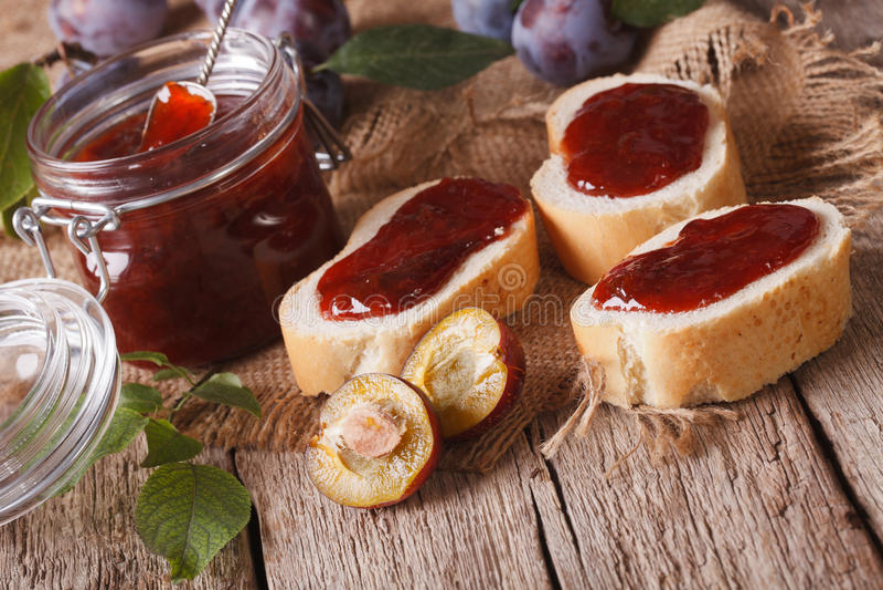 Домодельные варенье сливы и конец-вверх сандвичей горизонтально стоковые фотографии rf