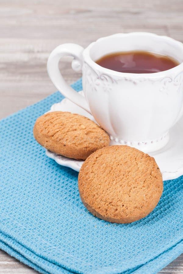 Домодельные здоровые печенья овсяной каши с чашкой чаю стоковые изображения