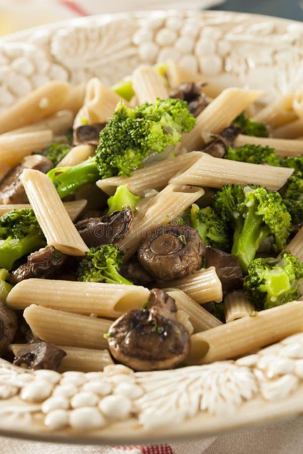 Download Домодельные макаронные изделия брокколи и пармезана Стоковое Фото - изображение насчитывающей тарелка, овощ: 41657964