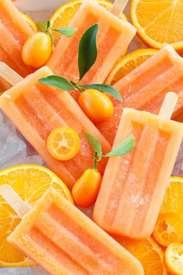 Домодельные оранжевые popsicles стоковые изображения rf