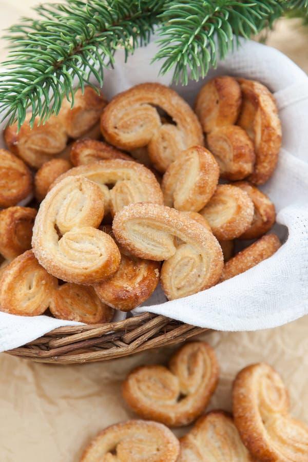 Домодельные печенья в корзине стоковые фотографии rf