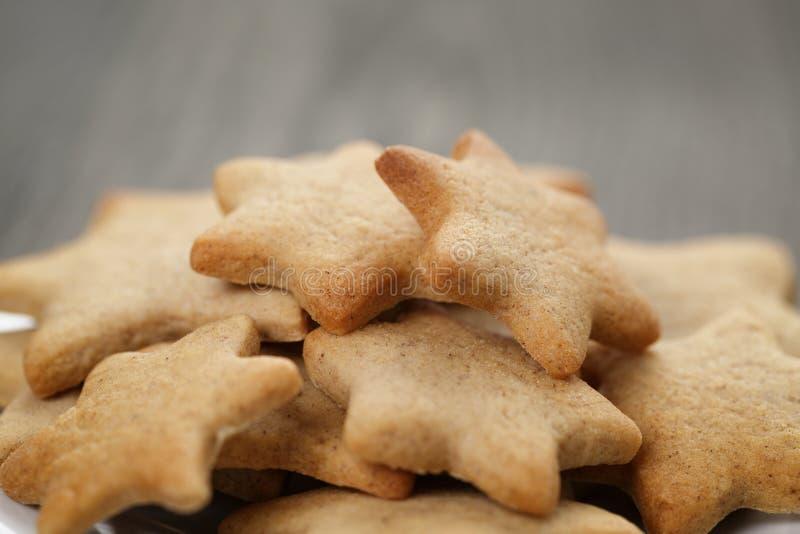 Домодельные печенья имбиря формы звезды закрывают вверх стоковые изображения rf