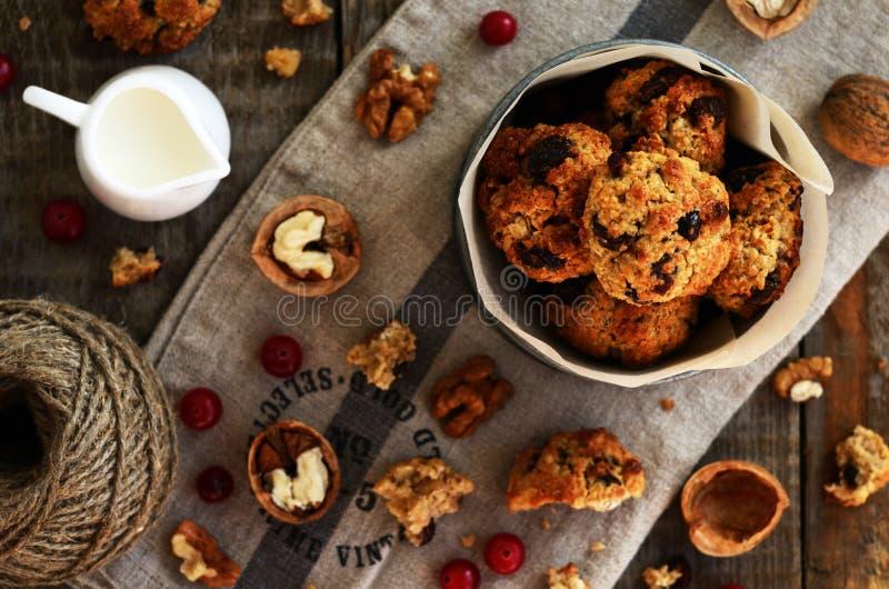 Домодельные печенья с клюквой и грецким орехом для уютного завтрака стоковое фото rf